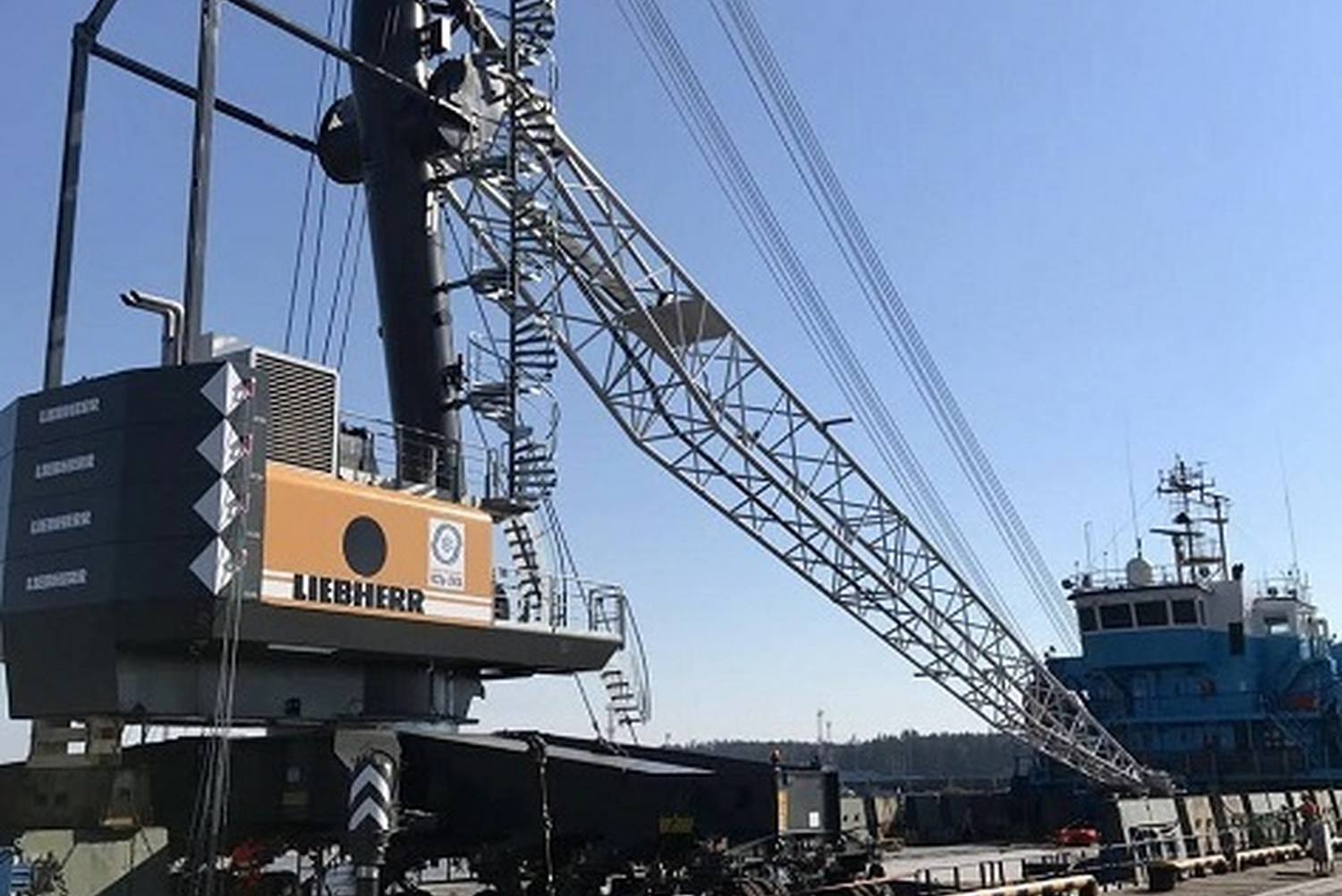 Yug-2 takes in a new mobile harbour crane